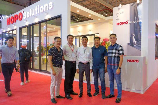 HDT Group chụp ảnh kỷ niệm tại gian hàng HOPO
